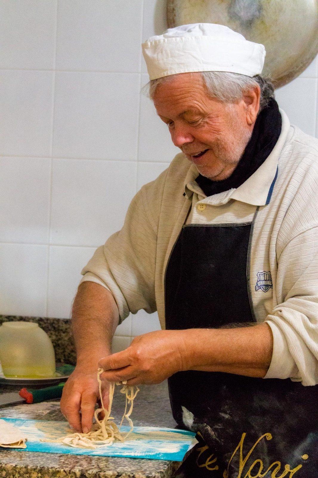 Luigi Vidili che prepara i tagliolini al coltello